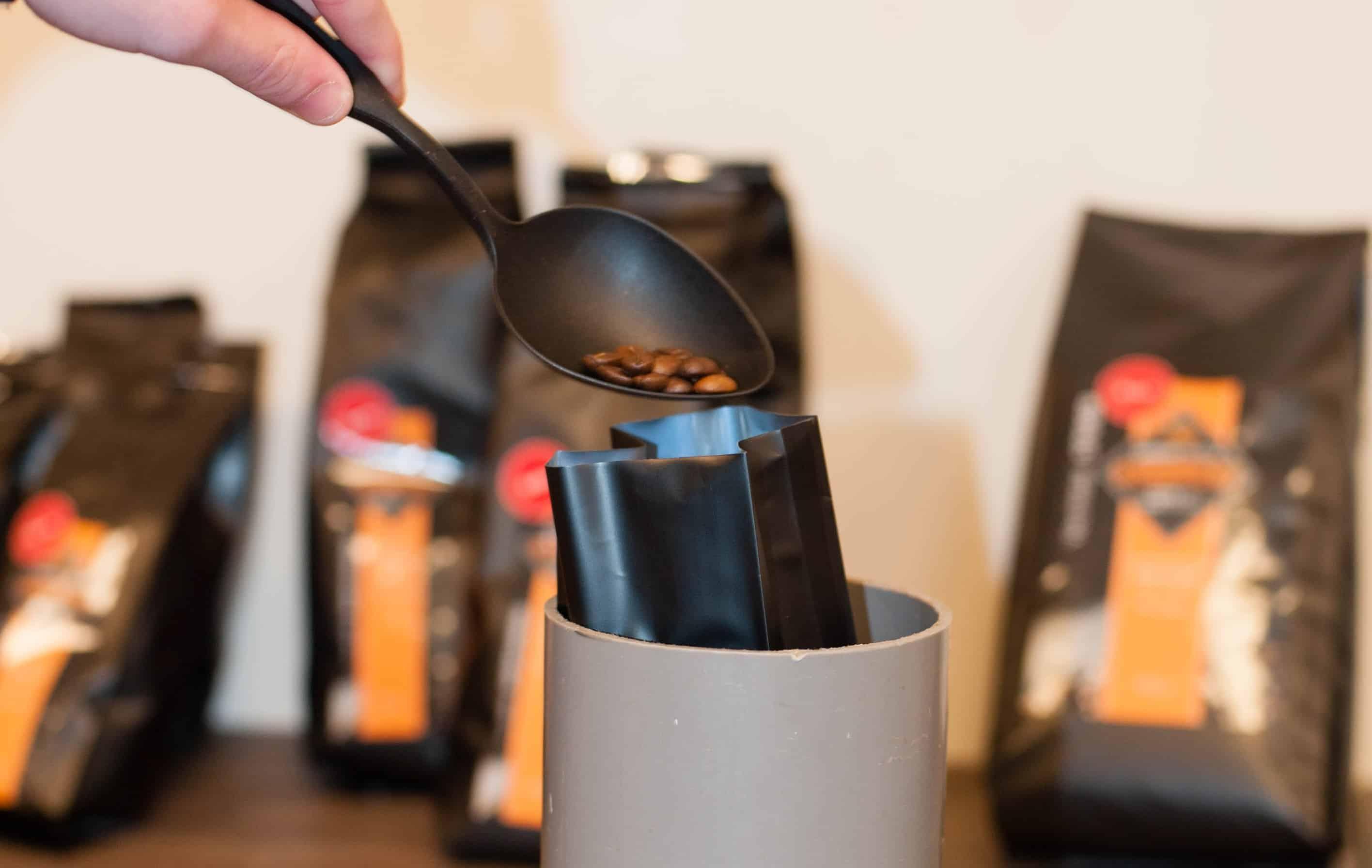 vullen van de koffiezak met koffiebonen